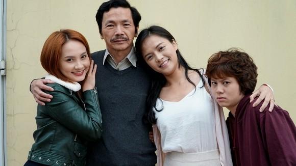 Ông Sơn và ba cô con gái trên phim. Sau khi phim đóng máy, các diễn viên vẫn gọi nhau bằng ngôi bố - con.