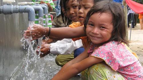 Nước sạch, nhà vệ sinh cơ bản và thực hành vệ sinh tốt là điều kiện quan trọng cho phát triển của trẻ em. Ảnh minh họa