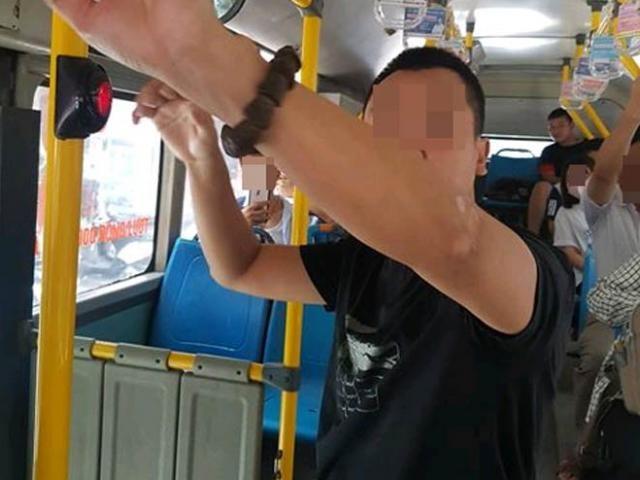 Hình ảnh nghi phạm bị cáo buộc có hành vi thủ dâm trên xe bus