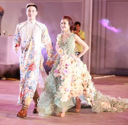 Người đẹp từng lộ chiều cao thật khi lọt thỏm trong bộ trang phục cầu kì của Lý Quí Khánh
