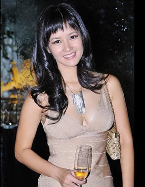 Ca sĩ Hồng Nhung sở hữu chiều cao khiên tốn - khoảng hơn 1m50. Trong thời kỳ đầu của sự nghiệp, Hồng Nhung không nhận được đánh giá cao về gu thời trang, cô thường vấp phải sự cố về trang phục phản cảm hoặc kém thẩm mỹ.