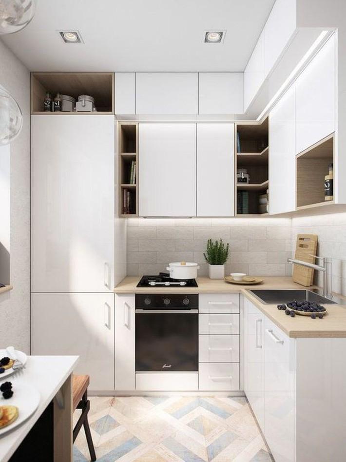 Tủ bếp hiện đại với gam màu trắng giúp không gian sáng sủa, thoáng đãng.