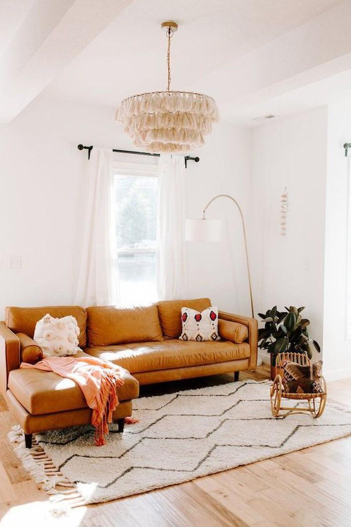 Đặt ghế sofa trước cửa sổ làm cho việc ngồi đọc ở đây đặc biệt thoải mái và mát mẻ.