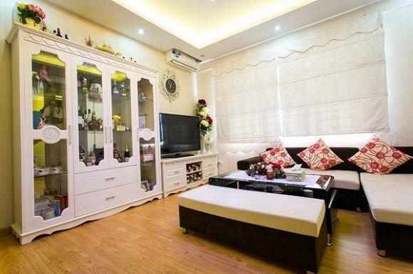 Căn hộ của Trương Phương rộng 55 m2, 1 phòng ngủ, 1 phòng khách. Không gian căn hộ có màu trắng làm chủ đạo.