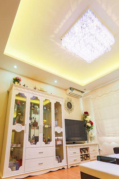 Chiếc tủ màu trắng theo phong cách Châu Âu hài hòa với tổng thể căn hộ.