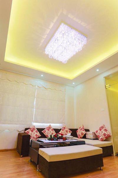 Đèn chùm pha lê khiến cả phòng khách bừng sáng