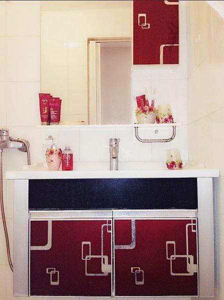 Phòng tắm sang chảnh với sự kết tông màu đỏ - trắng