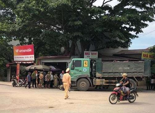 Xe ô tô tải tông xe máy khiến 4 người thương vong - Ảnh 1.