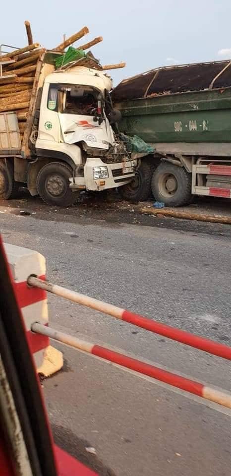 Hà Nội: Xe tải đâm nhau kinh hoàng, 2 người tử vong trong ca bin - Ảnh 1.