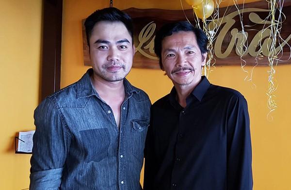Ông Sơn đăng hình chụp cùng Trọng Hùng trong bữa tiệc liên hoan đóng máy phim Về nhà đi con.