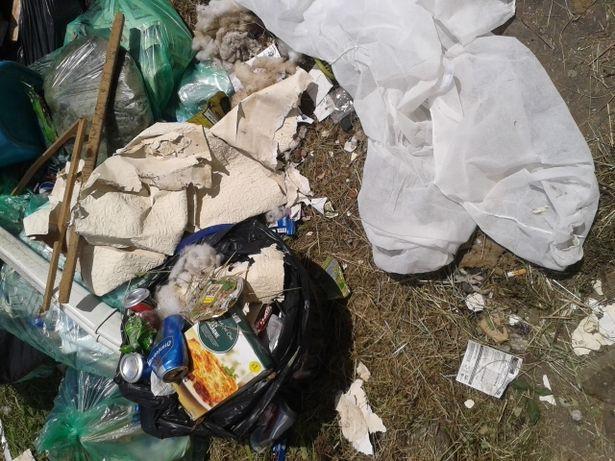 Những hộp thức ăn chất đống lại trong một góc căn nhà ở Cardiff