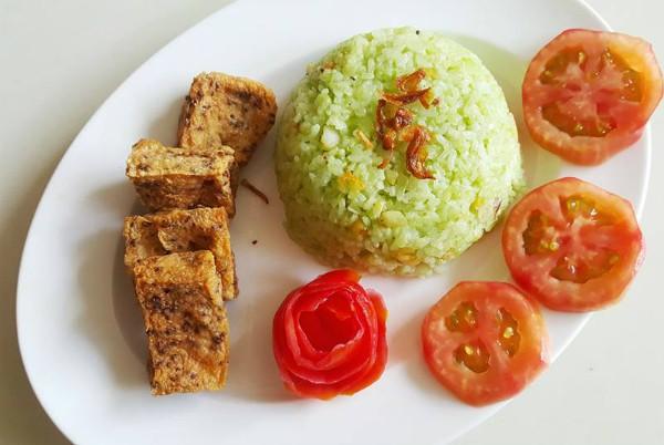 Các món ăn được chế biến với các bước khá đơn giản, nguyên liệu sẵn có, ai cũng có thể làm được. Sau khi chế biến xong, Đại Nghĩa trình bày món ăn cũng rất đẹp mắt, đầy đủ sắc màu. Trong ảnh là món cơm chiên bích ngọc do Đại Nghĩa chế biến.