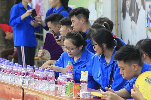 Thanh niên tình nguyện túc trực hỗ trợ thí sinh và người nhà.