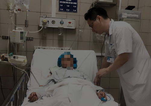 Bác sĩ kiểm tra sức khoẻ cho người mẹ trong vụ ngộ độc nấm