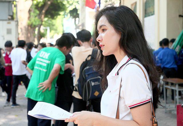 Hot girl trường Trần Phú suýt ngất vì nắng nóng mùa thi - Ảnh 7.