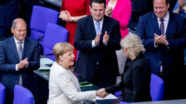 Bà Merkel, trung tâm, dường như đã ở trạng thái tốt ngay sau đó. Ảnh: AFP/BBC