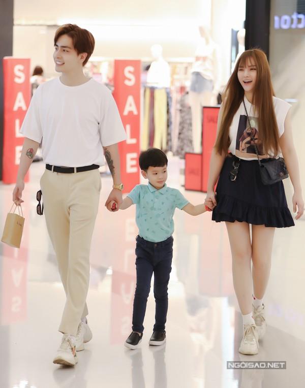 Thu Thủy đi chơi cùng con riêng và bạn trai kém 10 tuổi - Ảnh 2.