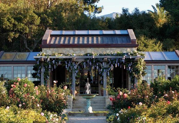 Khu vườn mang vẻ đẹp thần tiên như những câu chuyện cổ tích với đài phun nước bằng đồng được bao quanh bởi muôn sắc hoa hồng, hoa ly...
