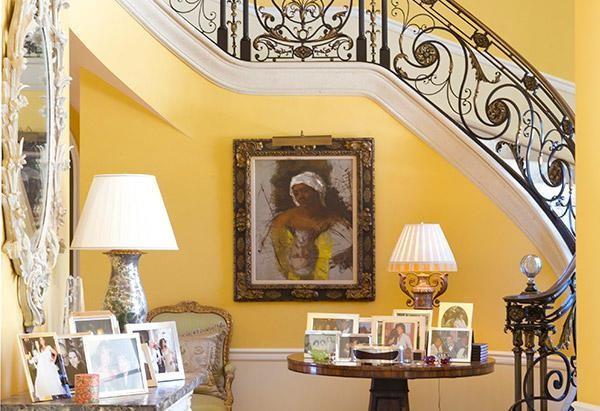 Tiền sảnh là sự kết hợp của những đường nét thanh lịch, huyền ảo và duyên dáng với cầu thang trắng và những bức tường màu vàng kem. Đồ nội thất tại đây có giá trị nghệ thuật cao. Lối vào biệt thự được trang trí bằng những bức ảnh gia đình, bạn bè của Oprah Winfrey.