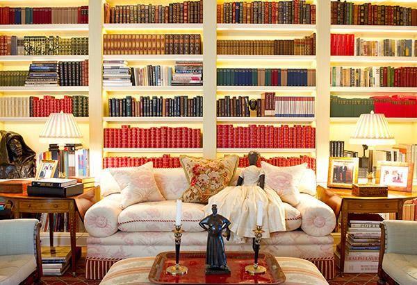 Thư viện bên trong biệt thự với tủ sách khổng lồ cùng nội thất sang trọng, phù hợp với người yêu thích đọc sách như Oprah.