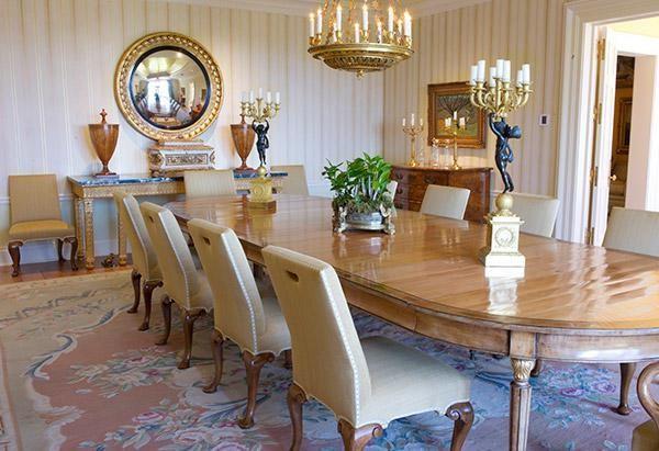 Phòng ăn vừa đơn giản lại vừa trang nhã. Những cây nến cùng những bức tượng gợi nhớ đến không khí trong tác phẩm Người đẹp và Quái vật.
