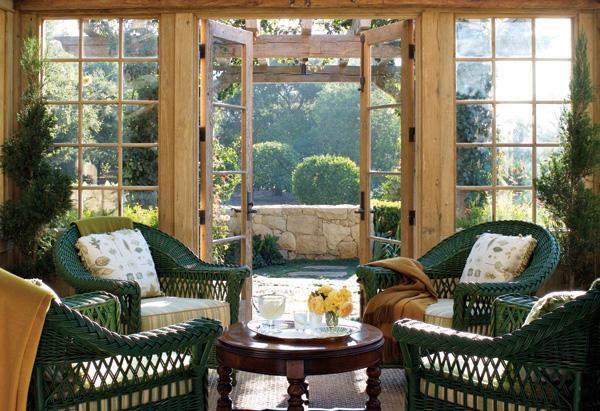 Phòng trà, nơi Oprah có thể rời xa những thiết bị công nghệ để vừa nhâm nhi thức uống, vừa ngắm cảnh khu vườn rộng lớn trong khuôn viên biệt thự.