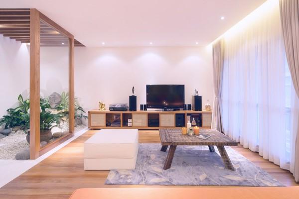 Quang Dũng thích nhất ngôi nhà của mình bởi sự kết hợp hài hòa ánh sáng vừa đủ giữa không gian bên ngoài và bên trong. Điểm nhấn của căn phòng là một góc vườn nho nhỏ.