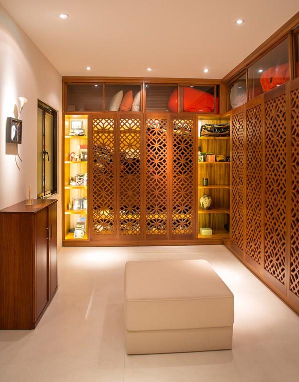 Từ những bức rèm, màn cho đến những bộ bàn ghế gỗ đều mang tông màu vàng giúp mang đến sự ấm cúng, sang trọng.