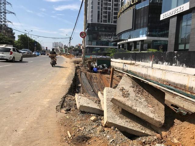 """Thu dọn bùn đất, lắp đặt hàng rào sau phản ánh """"thi công ẩu tại đường Nguyễn Khoái – Hà Nội"""" - Ảnh 2."""