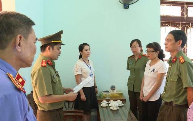 Nguyễn Thị Hồng Nga (áo trắng bên phải) giữ vai trò át chủ bài trong đường dây sửa điểm ở Sơn La. Ảnh: Công an cung cấp