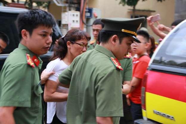 Công an đưa bà Nguyễn Thị Hồng Nga về nhà riêng để tiến hành khám xét.