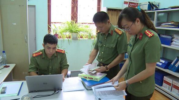 Cơ quan an ninh điều tra Công an tỉnh Sơn La khám xét nơi làm việc các đối tượng liên quan vụ gian lận điểm thi THPT quốc gia 2018.