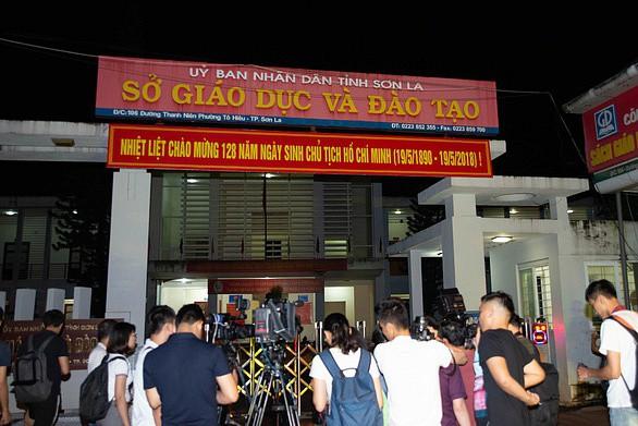 Các phóng viên chờ phỏng vấn lãnh đạo Bộ GD-ĐT trước cổng Sở GD-ĐT Sơn La liên quan đến vụ gian lận thi cử.
