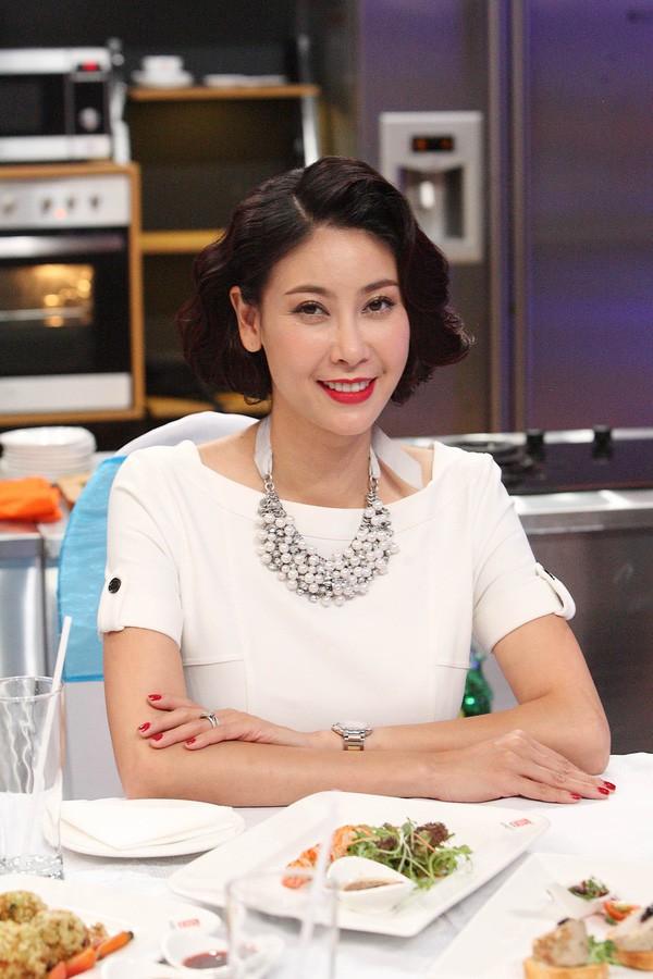 Hoa hậu Việt Nam 1992 chia sẻ, cô thích nấu ăn và nấu được nhiều món cả Á lẫn Âu. Cô học hỏi các công thức khá nhanh và vận dụng vào thực tiễn.
