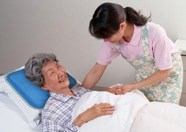 Người cao tuổi nằm một chỗ cần được vệ sinh răng miệng sau mỗi bữa ăn, đặc biệt là người bệnh dùng răng giả.