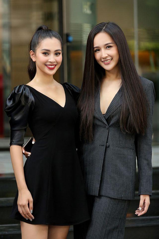 Và ngay sau khi đọ sắc cùng Hoa hậu Tiểu Vy, Mai Phương Thúy đã hóm hỉnh bình luận: Giờ chụp chung mới thấy không giống. Tôi đã ảo tưởng quá lâu. Nhưng em vẫn là hoa hậu đẹp nhất trong mắt tôi nhé.
