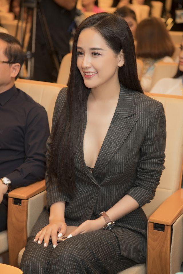 Mai Phương Thúy khoe vẻ trẻ trung nhưng chín chắn, quyền lực với bộ vest đen. Hoa hậu Việt Nam 2006 ngồi ghế nóng. Người đẹp hy vọng những kinh nghiệm chinh chiến quốc tế giúp cô tìm được người phù hợp nhất với tiêu chí của Hoa hậu Thế giới.
