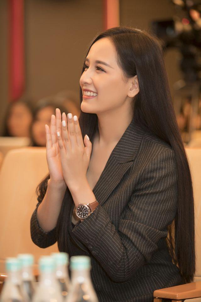 Tôi biết công chúng cần gì ở một hoa hậu. Vẻ đẹp HHen Niê không khác biệt mà rất phù hợp với chuẩn quốc tế, khuôn mặt xinh đẹp. Tôi tin nếu cô ấy có để tóc dài, da trắng thì cũng sẽ tiến sâu vào chung kết Miss Universe, người đẹp nhận định.