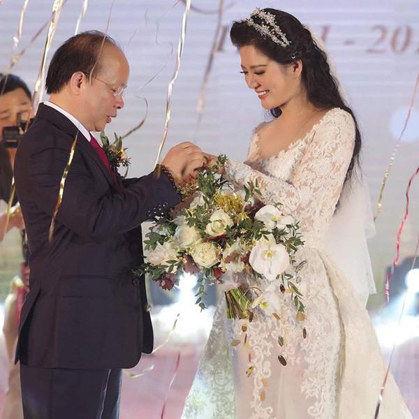 ' Cuối năm 2018, Đinh Hiền Anh lên xe hoa cùng Thứ trưởng Huỳnh Quang Hải. '