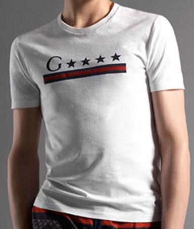 Chiếc áo mang thương hiệu Gucci của Ý có giá 2.000 USD (khoảng 45 triệu đồng)