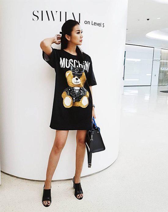 Chiếc T-shirt dáng dài của hãng Moschino, in hình gấu Teddy Bear cá tính đặc trưng phong cách của hãng với giá 28 triệu đồng.