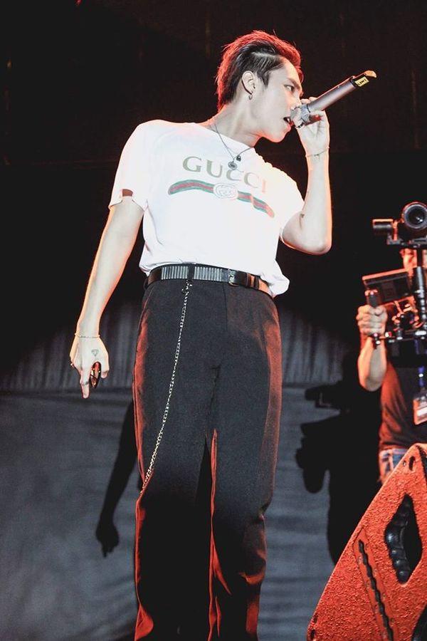 Chỉ với hình in đơn giản trên thân áo, chiếc T-shirt trắng của Gucci vẫn có thể khiến giới mộ điệu rung rinh. Sản phẩm này được hãng bán với giá 590 USD (tương đương 13,4 triệu đồng), tuy đắt đỏ nhưng đã cháy hàng ở nhiều nơi.