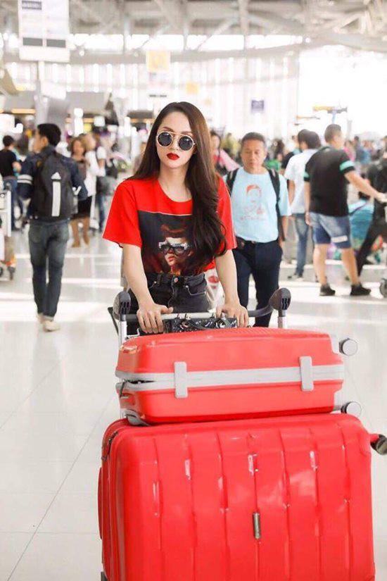 Mẫu áo phông đỏ in hình cô gái của Gucci có giá gần 15 triệu đồng.