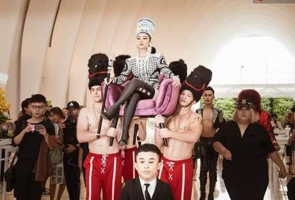 Thu Minh ngồi kiệu, được khiêng vào buổi ra mắt MV mới