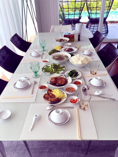 Mâm cơm tiệc do Elly Trần thực hiện.