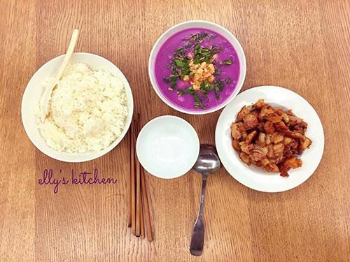 Bữa ăn hàng ngày của nhà Elly Trần tuy là các món đơn giản nhưng được chế biến cầu kỳ, tinh tế hơn đôi chút. Thay vì nấu khoai sọ, cô sử dụng khoai mỡ nấu tôm để có màu tím bắt mắt, hấp dẫn hơn. Bà mẹ hai con chia sẻ: Cơm ngon đâu cần phải sơn hào hải vị mà chỉ cần khi ăn mình thấy ấm áp ở trong lòng. Cơm nhà vẫn là cơm ngon nhất.