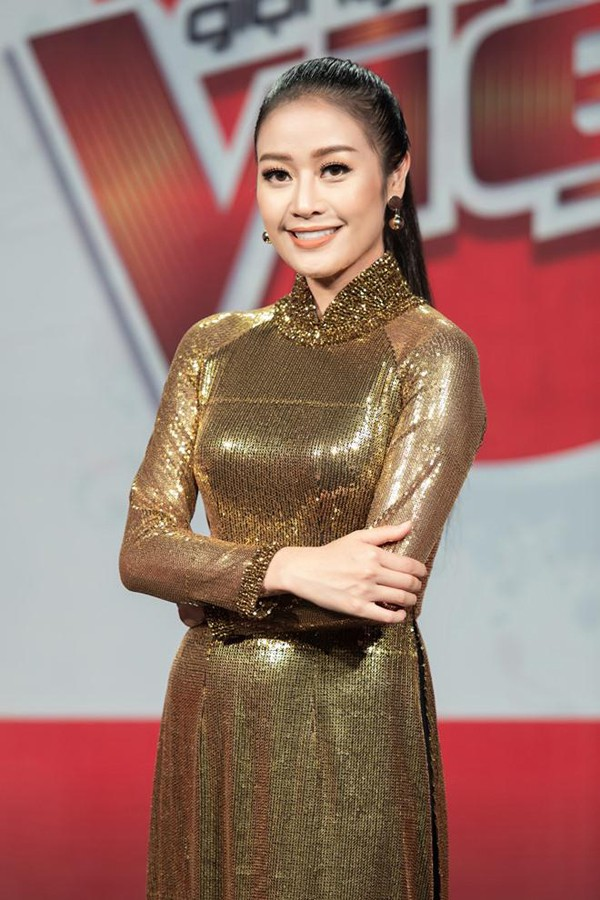 MC Phí Linh được nhận xét là người dẫn chương trình chịu khó và yêu nghề.