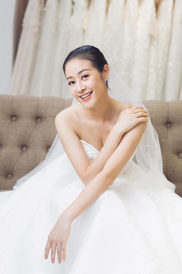 Hình ảnh MC Phí Linh đi thử váy cưới.