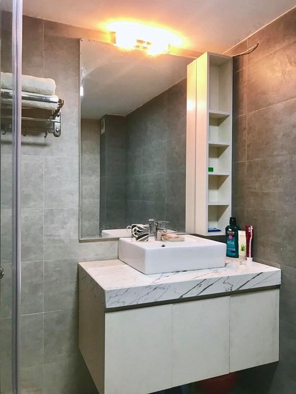 Phòng tắm hiện đại được ốp đá