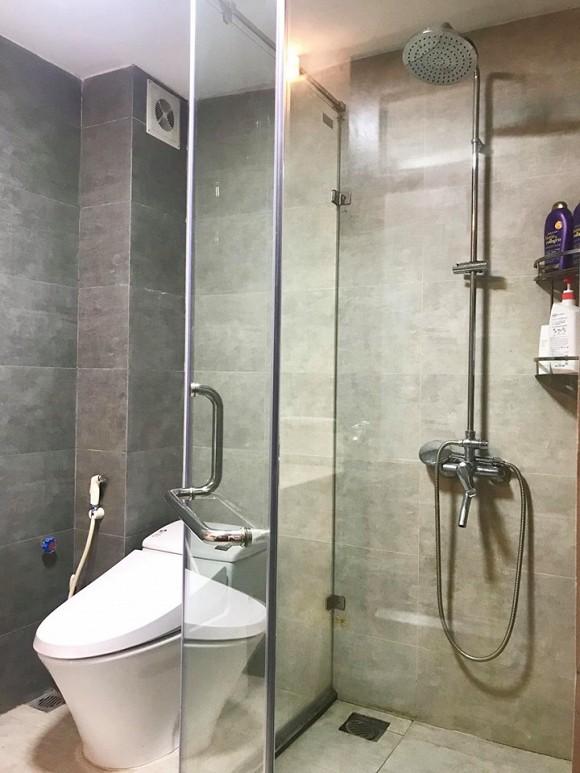 Nội thất phòng tắm vừa được Anh Vũ thay mới hoàn toàn.